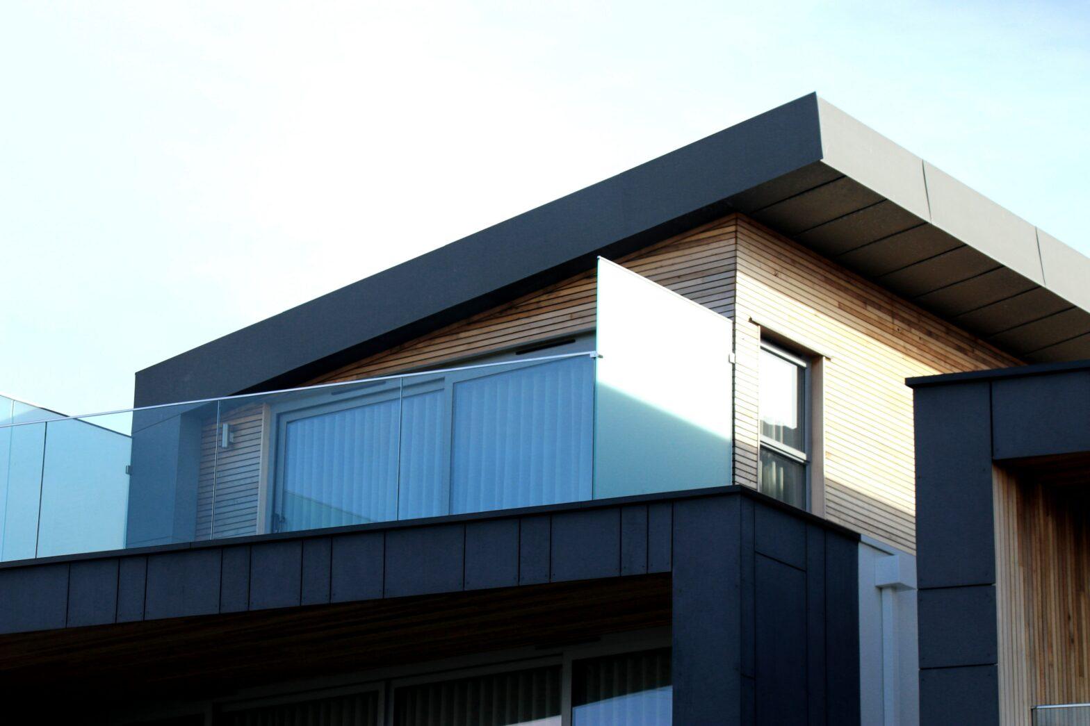 Omakotitalon rakentaminen voidaan toteuttaa alusta asti itse tai esimerkiksi valmiin talopaketin avulla.